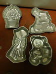 Set of 4 decorative cake pans...