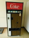 Vintage Coke machine w/key, works g...