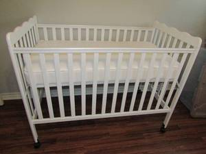 BEAUTIFUL WHITE BABY CRIB, NEW....NEVER USED