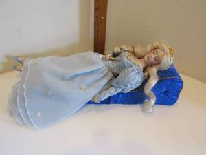 "1988 FRANKLIN HEIRLOOM DOLLS ""SLEEPING BEAUTY"" WITH CHAISE"